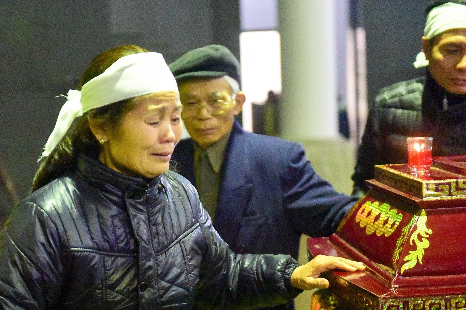 Con gái nhà thơ - nhạc sĩ Nguyễn Trọng Tạo khóc nghẹn bên linh cữu cha - Ảnh 2.