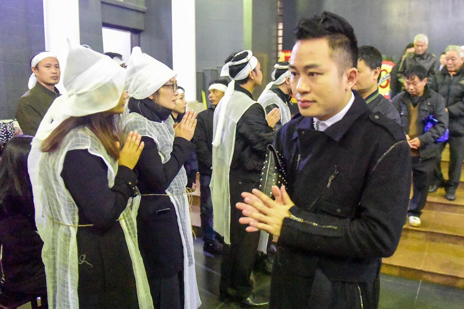 Con gái nhà thơ - nhạc sĩ Nguyễn Trọng Tạo khóc nghẹn bên linh cữu cha - Ảnh 4.