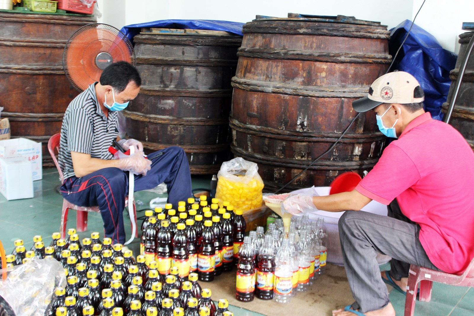 Giáp Tết: Làng nghề nước mắm Phú Yên nhộn nhịp vào vụ - Ảnh 6.