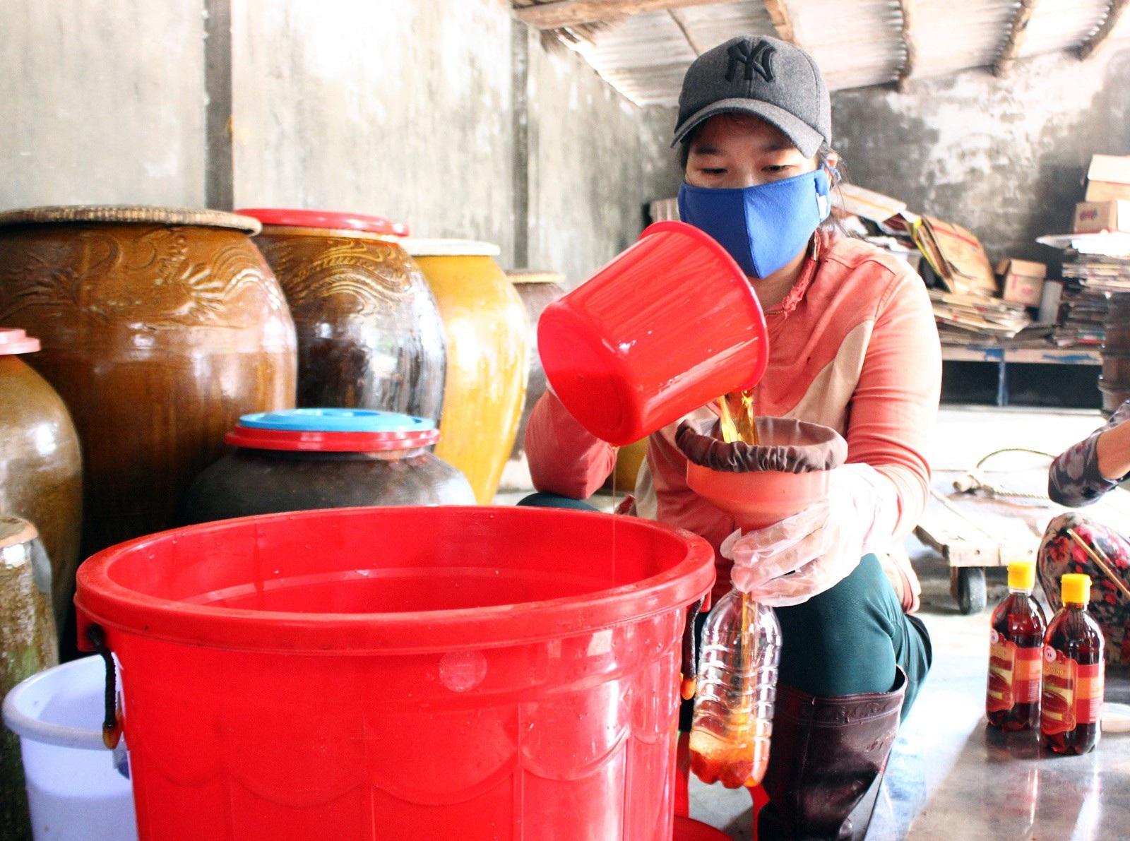Giáp Tết: Làng nghề nước mắm Phú Yên nhộn nhịp vào vụ - Ảnh 4.