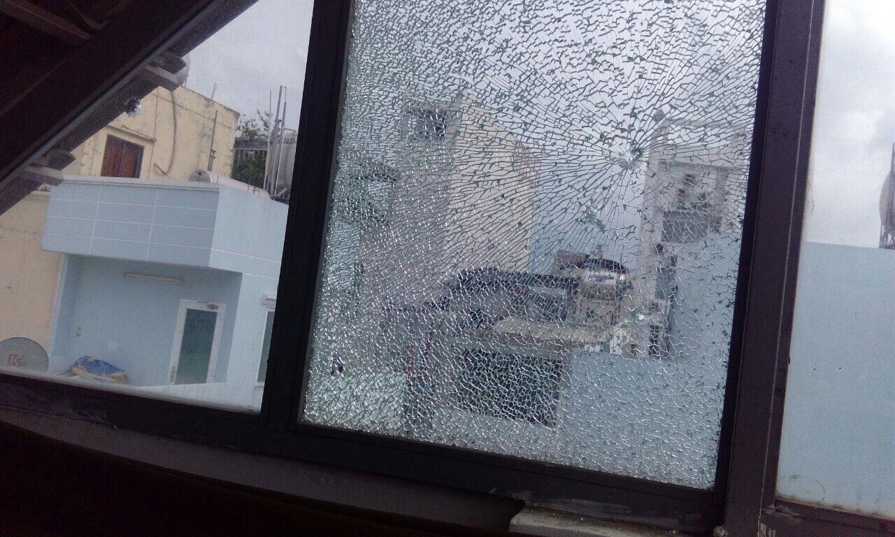 Hàng loạt căn nhà ở trung tâm Sài Gòn bị bắn vỡ kính vì lý do... bất ngờ - Ảnh 2.