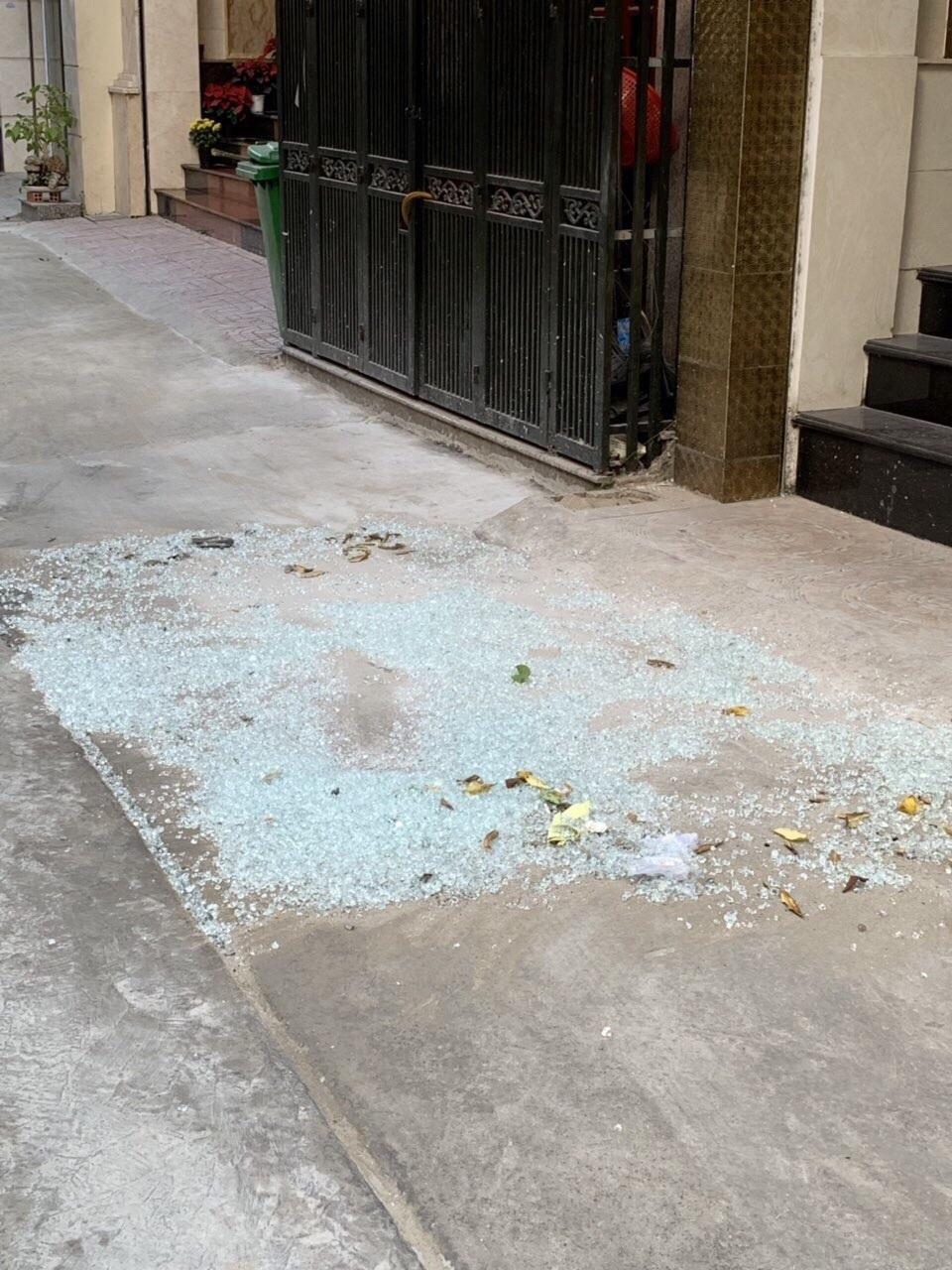 Hàng loạt căn nhà ở trung tâm Sài Gòn bị bắn vỡ kính vì lý do... bất ngờ - Ảnh 3.