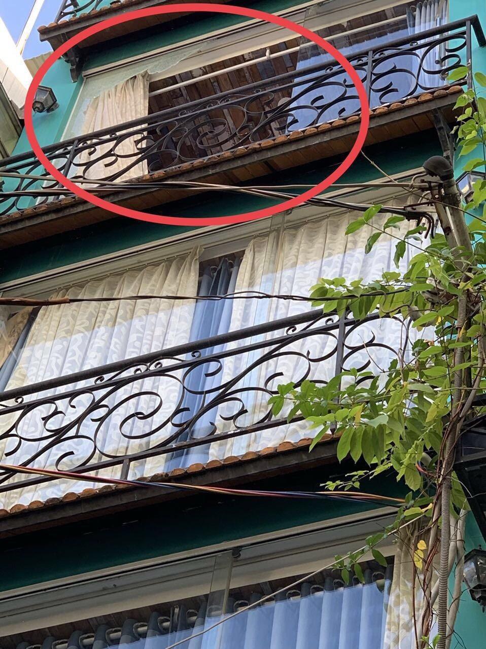 Hàng loạt căn nhà ở trung tâm Sài Gòn bị bắn vỡ kính vì lý do... bất ngờ - Ảnh 1.