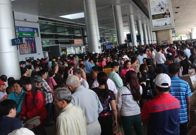 Sân bay Tân Sơn Nhất đạt kỷ lục 900 lượt chuyến bay ngày cao điểm Tết - Ảnh 1.