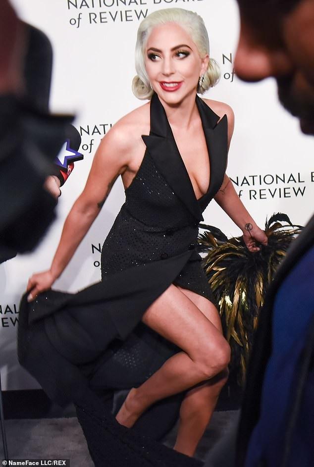 Lady Gaga quyến rũ với váy xẻ sâu - Ảnh 2.
