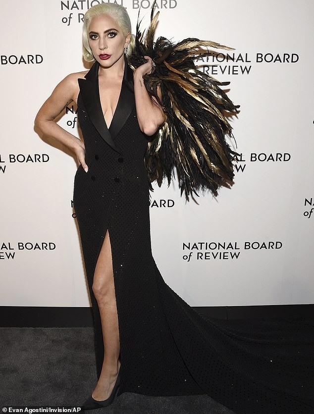 Lady Gaga quyến rũ với váy xẻ sâu - Ảnh 4.