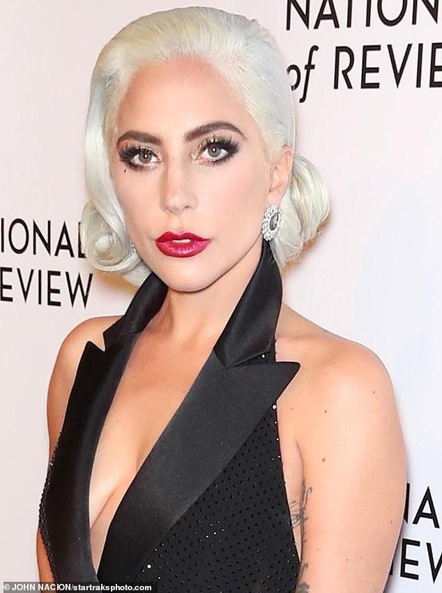 Lady Gaga quyến rũ với váy xẻ sâu - Ảnh 6.