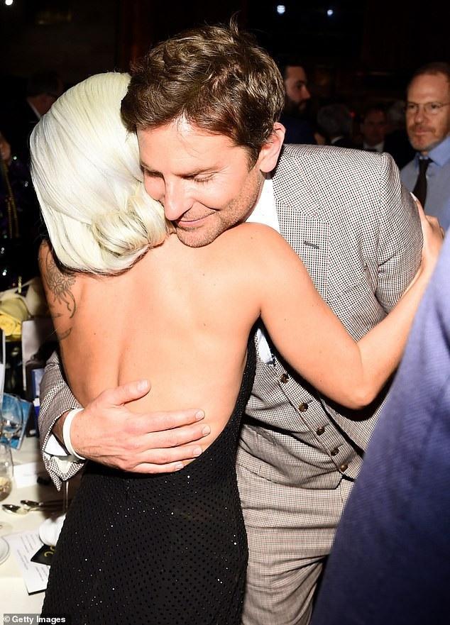 Lady Gaga quyến rũ với váy xẻ sâu - Ảnh 9.