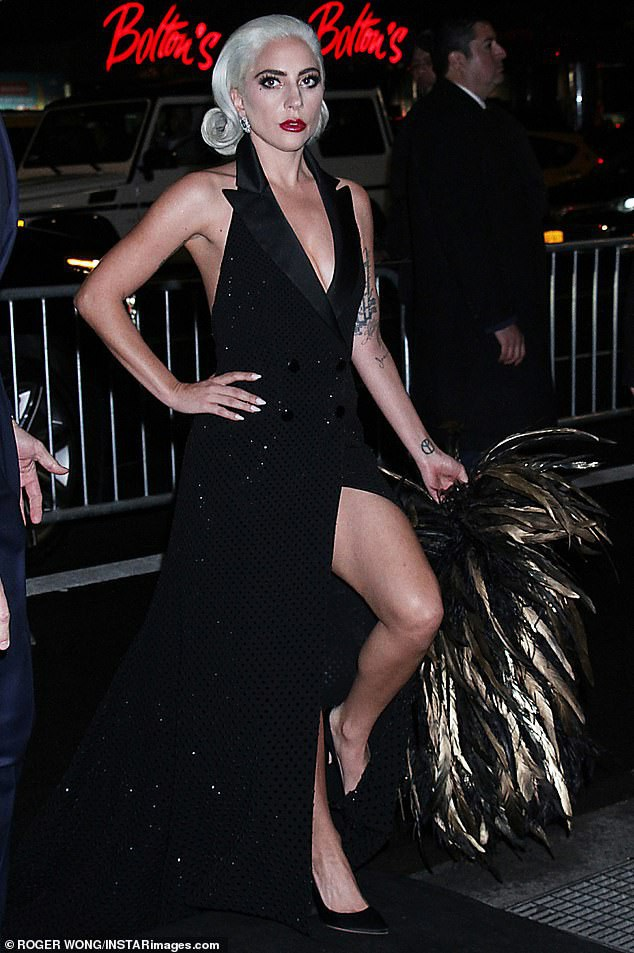 Lady Gaga quyến rũ với váy xẻ sâu - Ảnh 15.