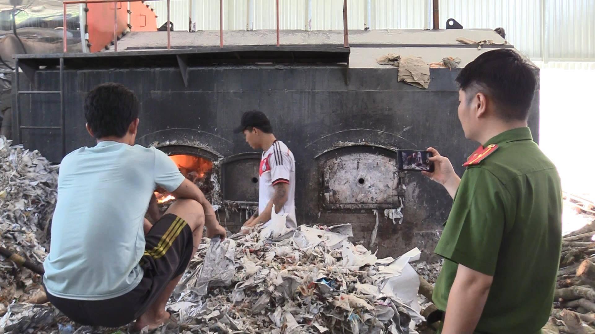 """Bắt quả tang công ty đốt lò bằng rác thải, """"bức tử"""" môi trường - Ảnh 3."""