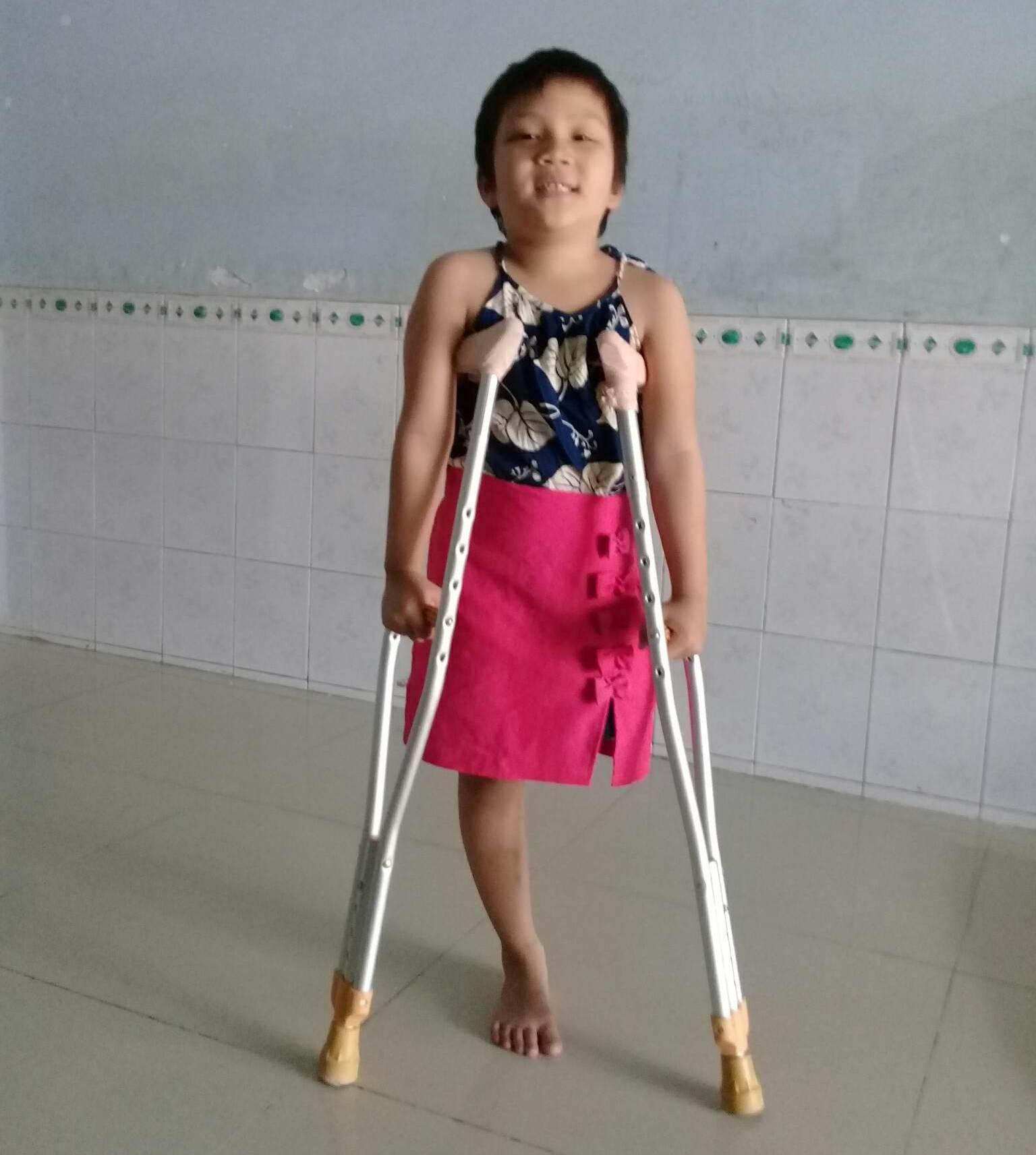 Ước mơ đến trường của cô bé mất 1 chân vì bệnh ung thư - Ảnh 7.