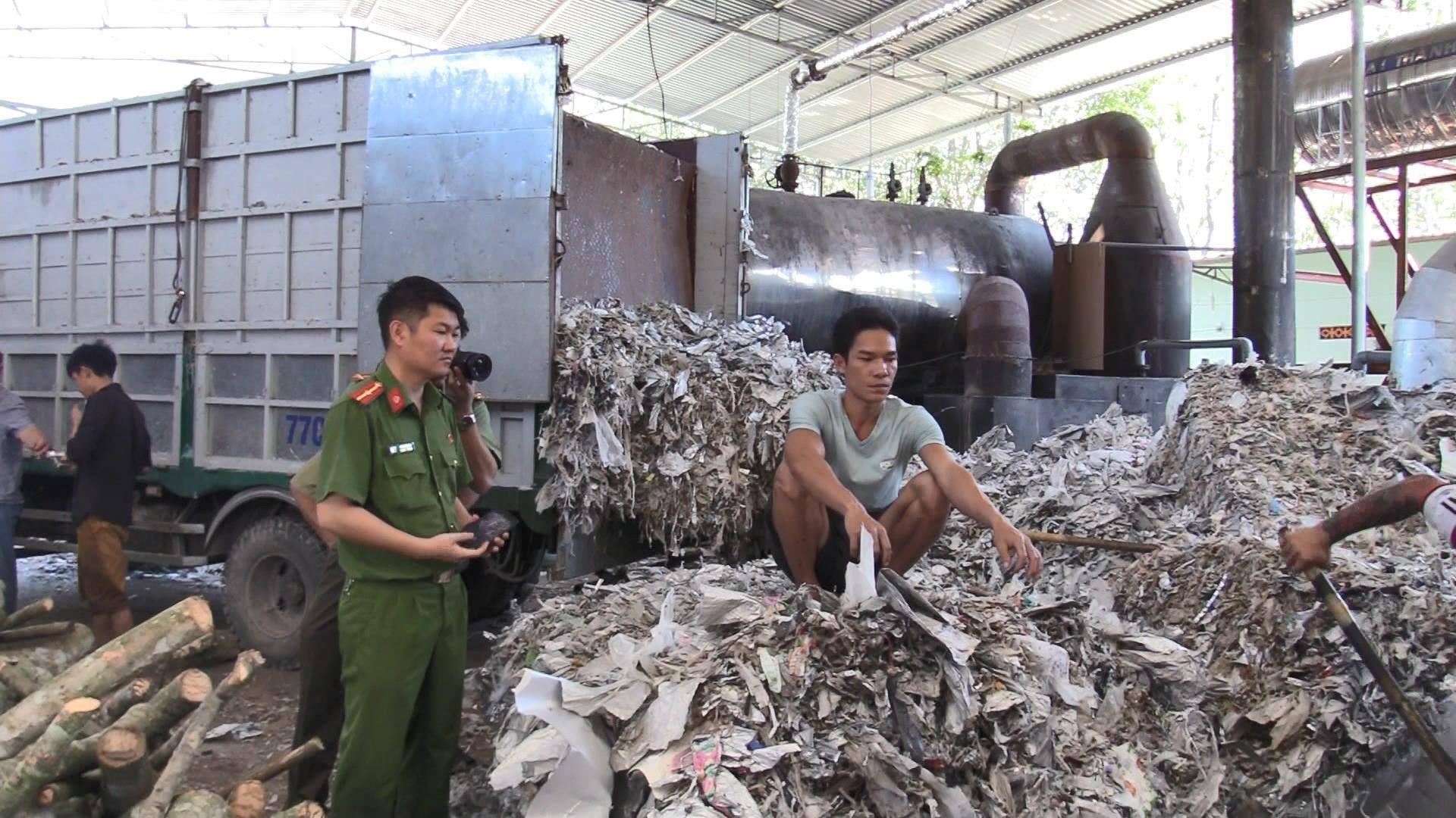 """Bắt quả tang công ty đốt lò bằng rác thải, """"bức tử"""" môi trường - Ảnh 2."""
