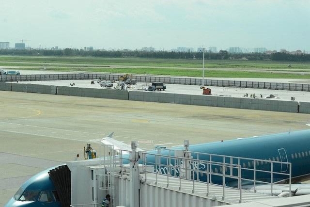 Sân bay Tân Sơn Nhất đạt kỷ lục 900 lượt chuyến bay ngày cao điểm Tết - Ảnh 2.