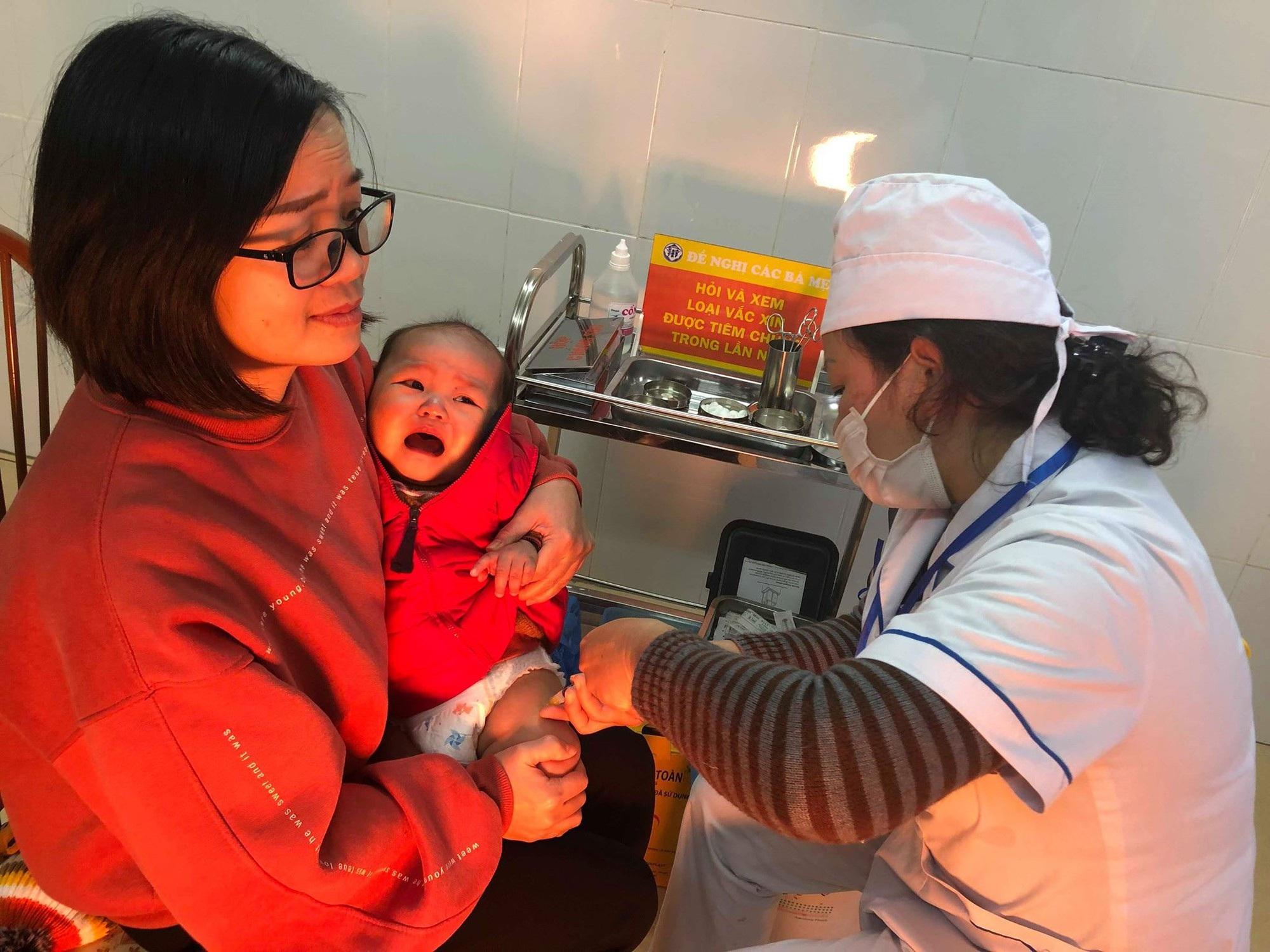 Bộ trưởng Y tế thị sát tiêm vắc xin 5 trong 1 tại trạm y tế  - Ảnh 8.