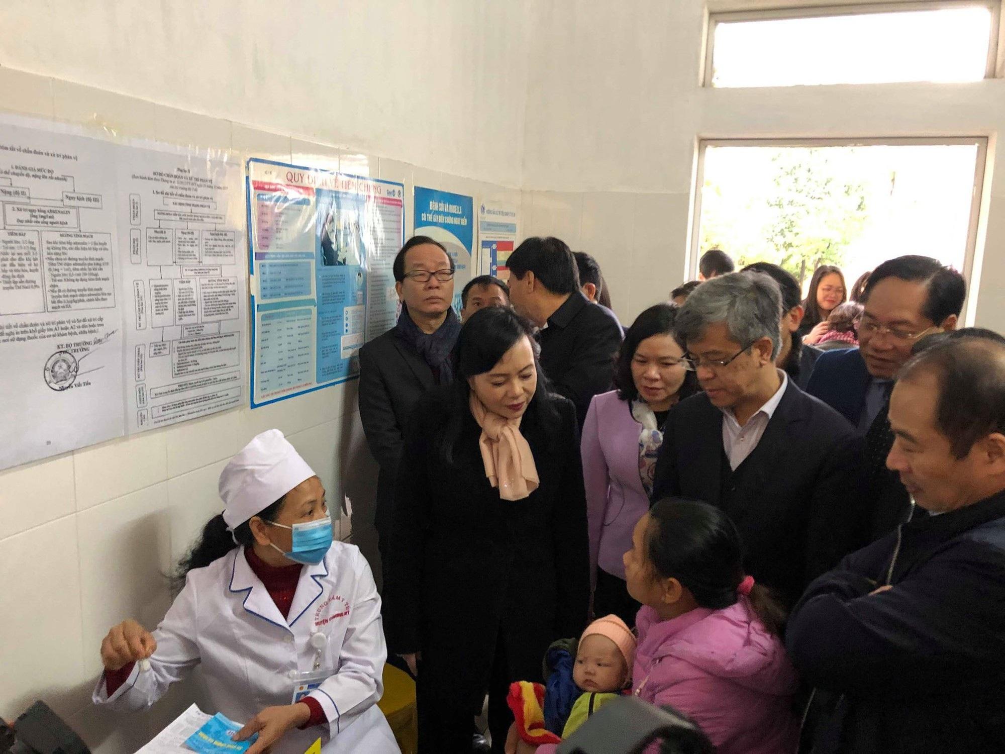 Bộ trưởng Y tế thị sát tiêm vắc xin 5 trong 1 tại trạm y tế  - Ảnh 4.