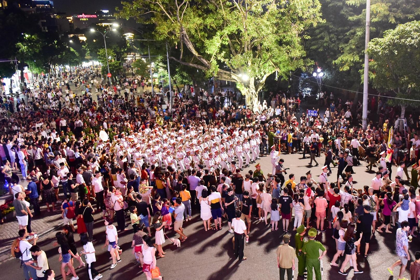 Đội kèn Công an nhân dân biểu diễn quanh Hồ Gươm, rộn ràng phố đi bộ - 21
