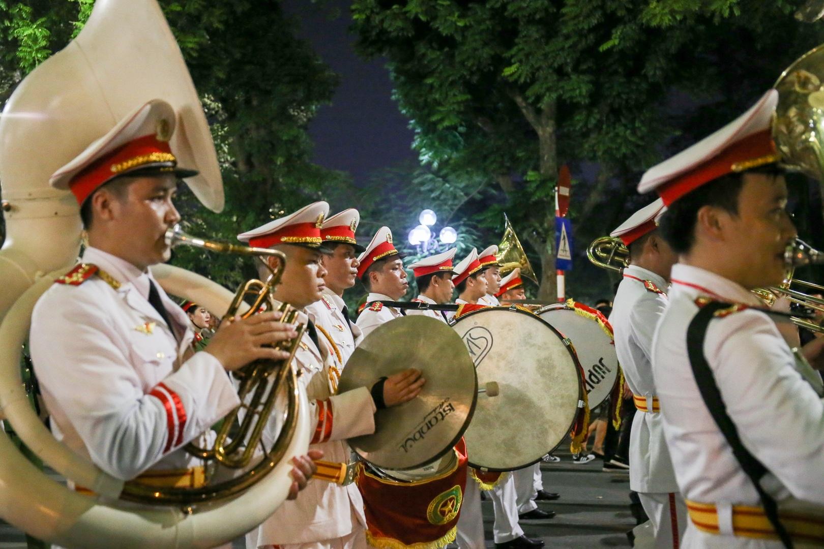 Đội kèn Công an nhân dân biểu diễn quanh Hồ Gươm, rộn ràng phố đi bộ - 10