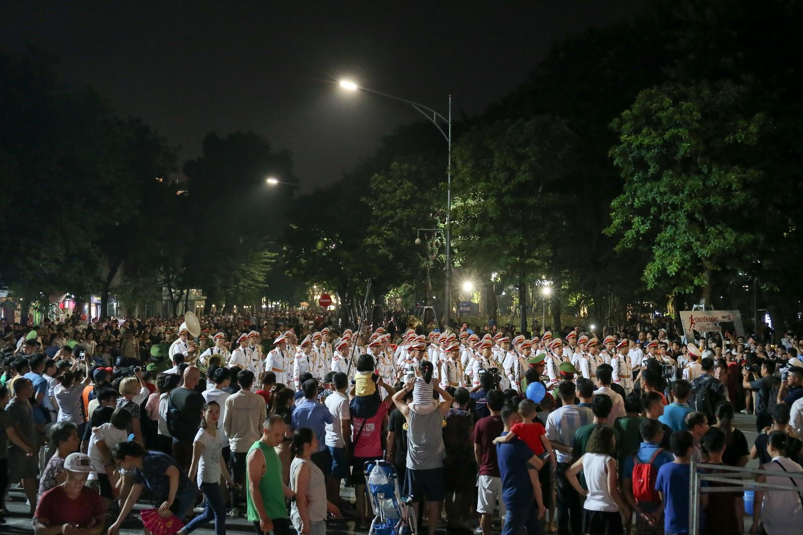 Đội kèn Công an nhân dân biểu diễn quanh Hồ Gươm, rộn ràng phố đi bộ - 20
