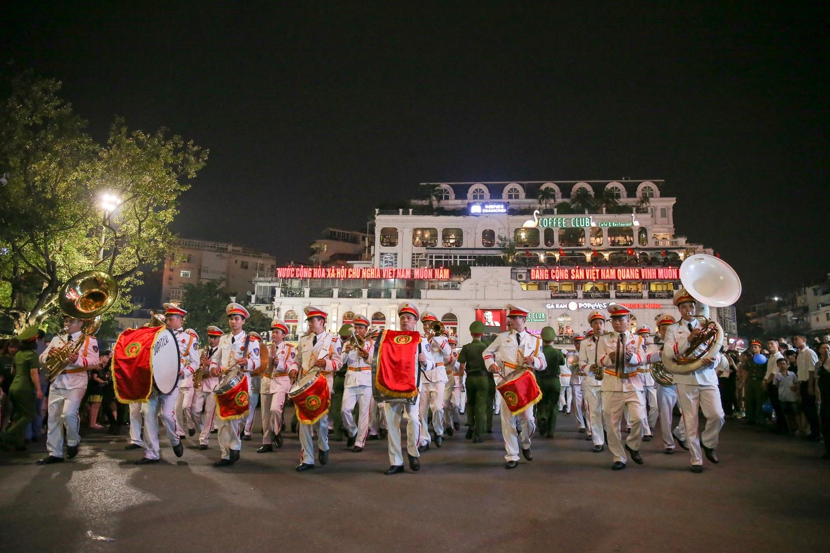 Đội kèn Công an nhân dân biểu diễn quanh Hồ Gươm, rộn ràng phố đi bộ - 18