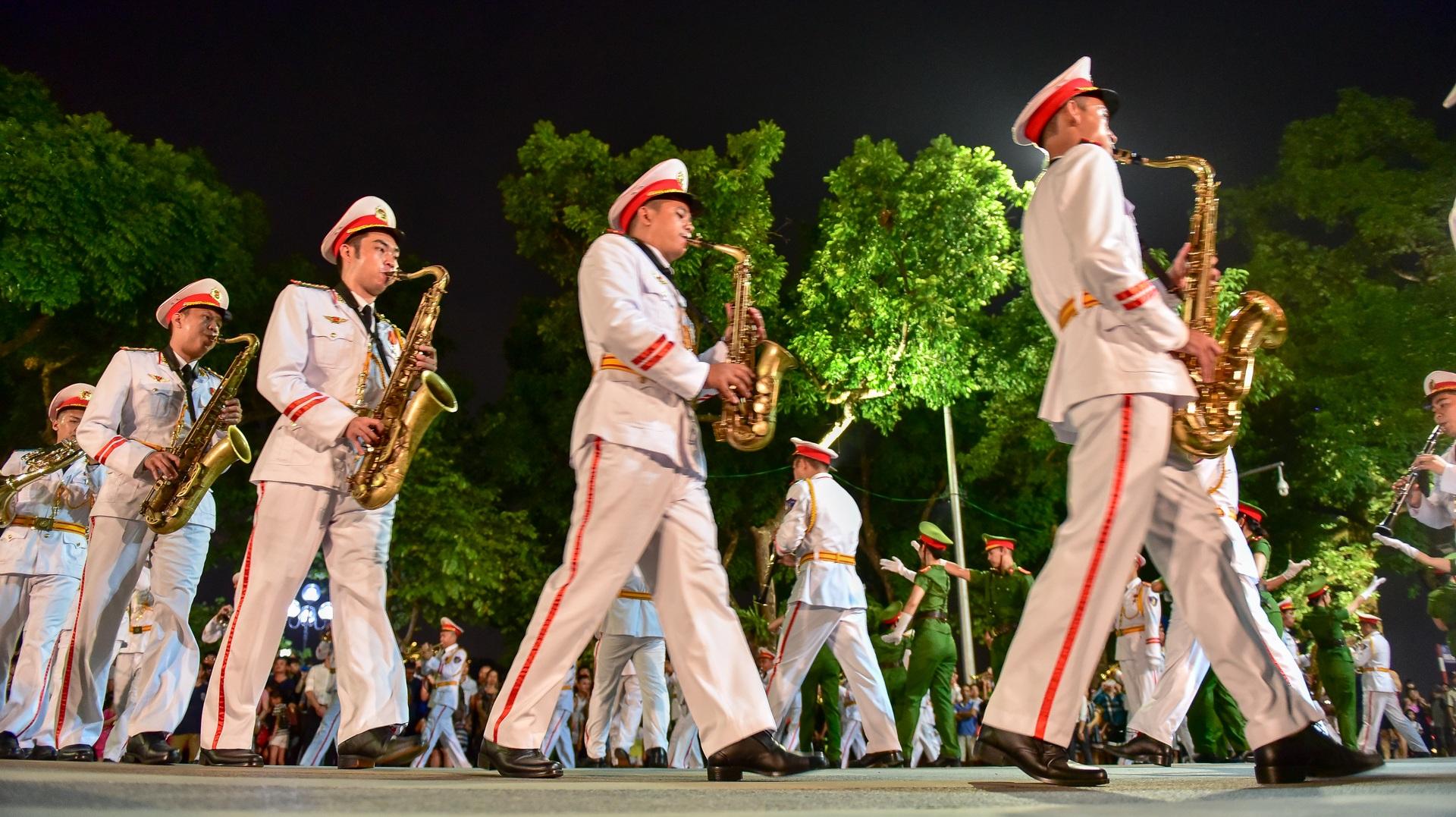 Đội kèn Công an nhân dân biểu diễn quanh Hồ Gươm, rộn ràng phố đi bộ - 6