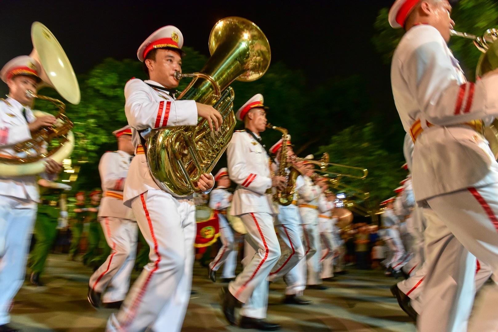 Đội kèn Công an nhân dân biểu diễn quanh Hồ Gươm, rộn ràng phố đi bộ - 8