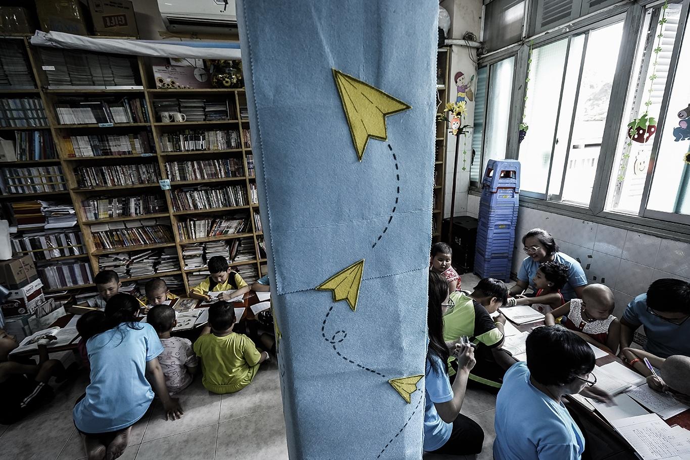 Cô giáo một thập kỷ ở lớp học trò qua đời, cô vẫn phải mỉm cười - 17