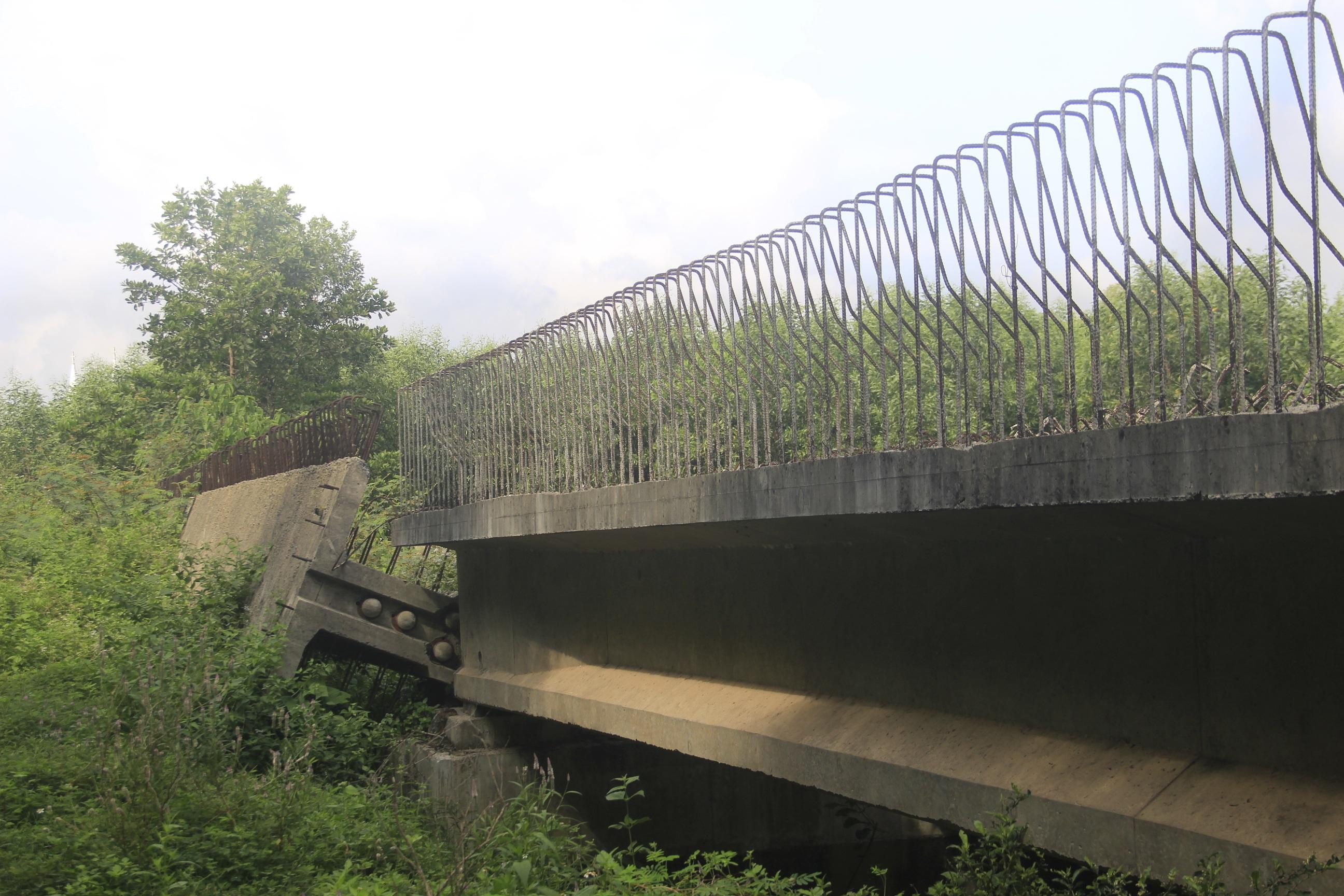 """Nhiều cây cầu tiền tỷ xây dở dang """"ngủ quên"""" giữa nắng mưa - 3"""