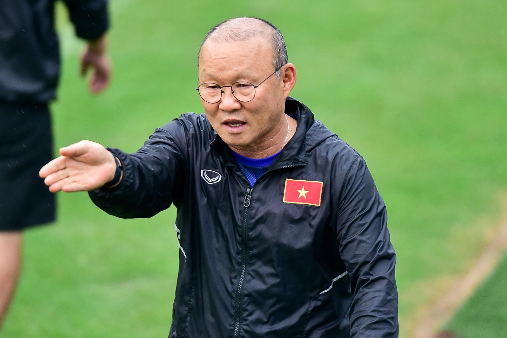 HLV Park Hang Seo hỏi thăm Quang Hải, tự tay kiểm tra vết thương Thành Chung - 14