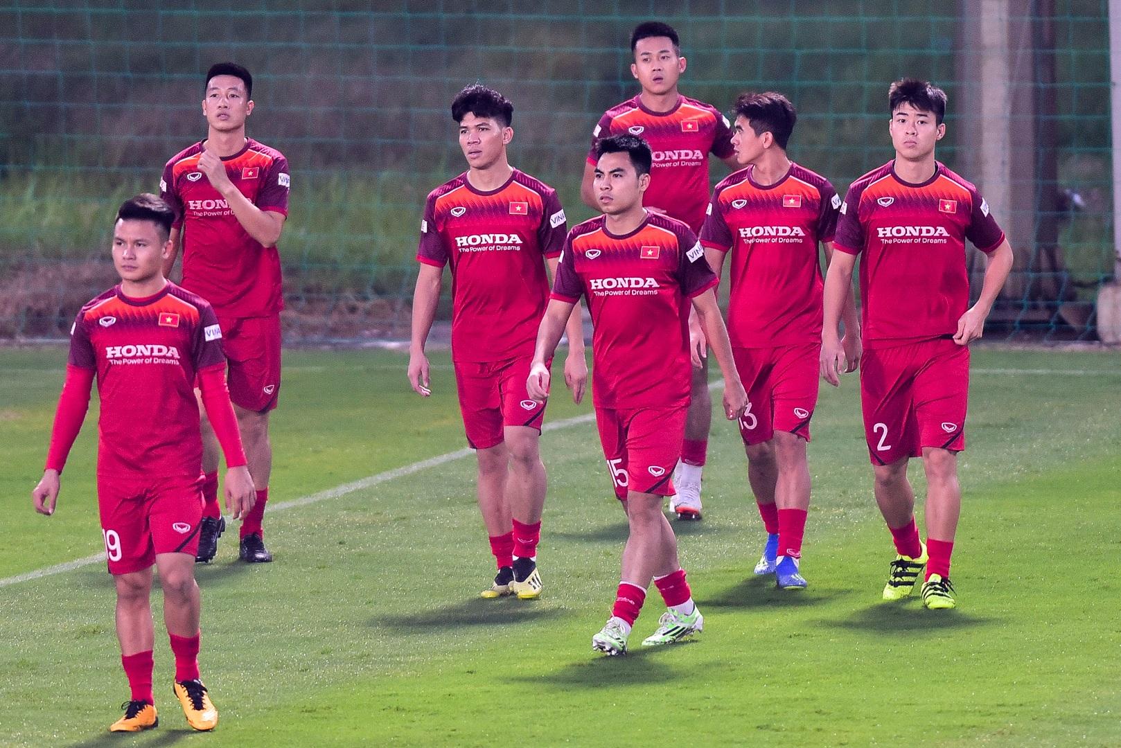 HLV Park Hang Seo hỏi thăm Quang Hải, tự tay kiểm tra vết thương Thành Chung - 7