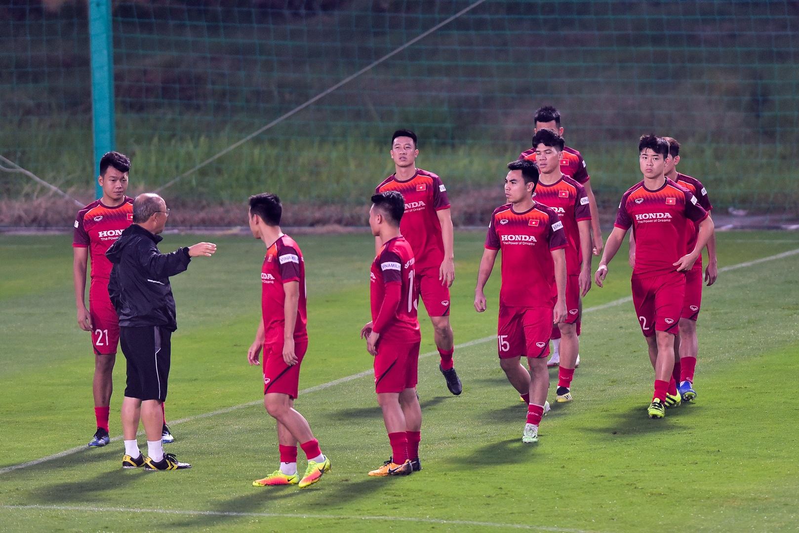 HLV Park Hang Seo hỏi thăm Quang Hải, tự tay kiểm tra vết thương Thành Chung - 5