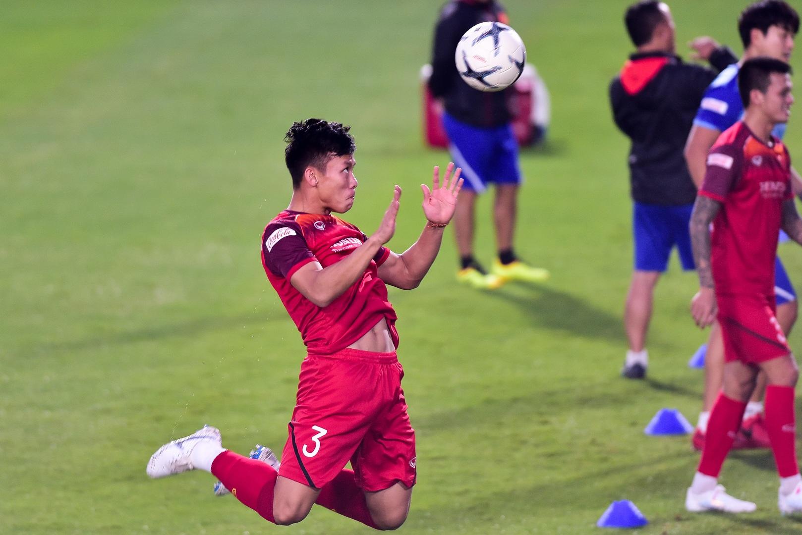 HLV Park Hang Seo hỏi thăm Quang Hải, tự tay kiểm tra vết thương Thành Chung - 13