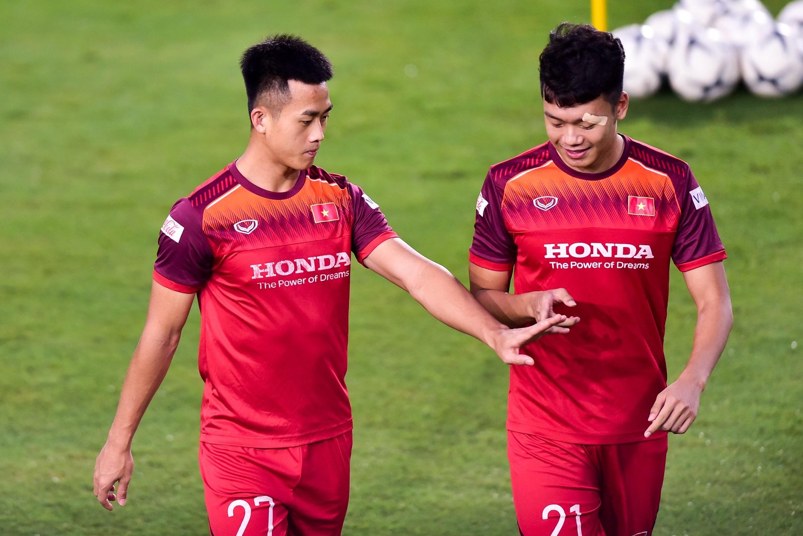 HLV Park Hang Seo hỏi thăm Quang Hải, tự tay kiểm tra vết thương Thành Chung - 17