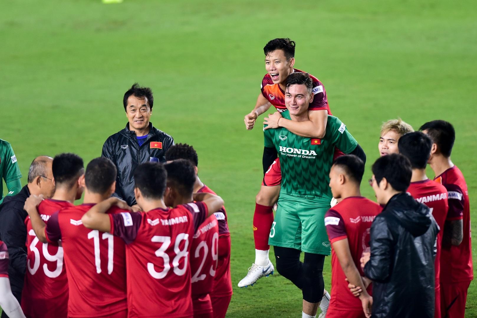 HLV Park Hang Seo hỏi thăm Quang Hải, tự tay kiểm tra vết thương Thành Chung - 1