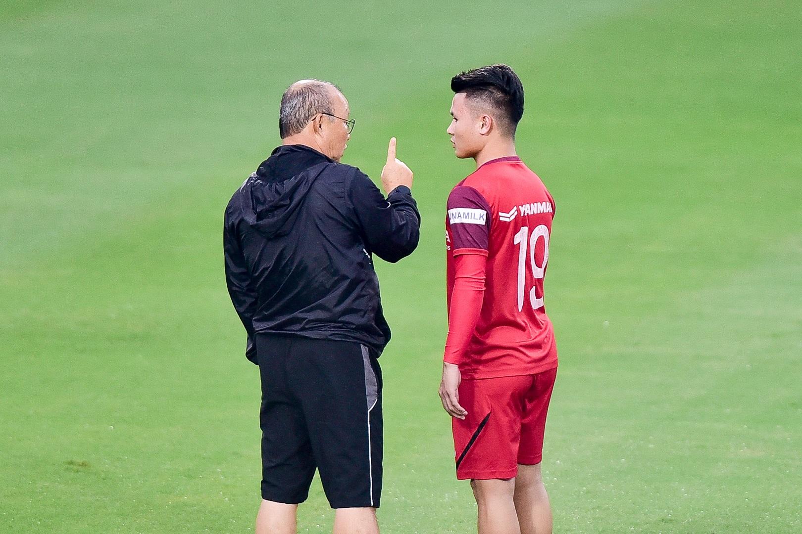 HLV Park Hang Seo hỏi thăm Quang Hải, tự tay kiểm tra vết thương Thành Chung - 6