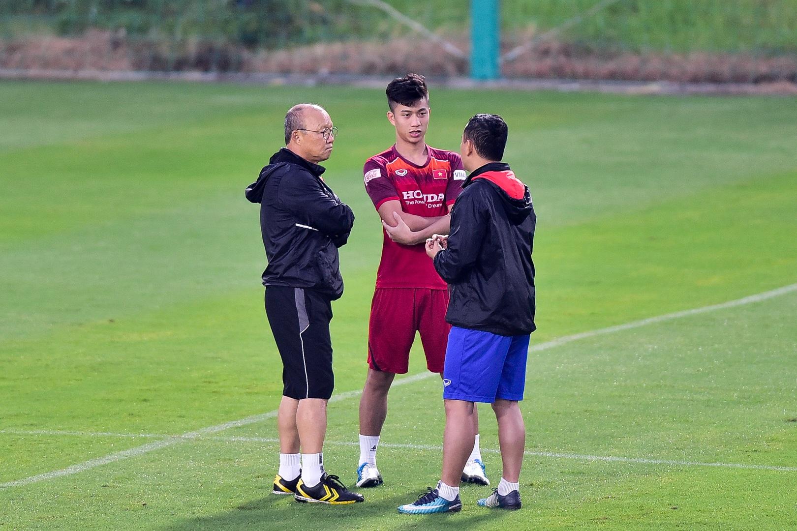 HLV Park Hang Seo hỏi thăm Quang Hải, tự tay kiểm tra vết thương Thành Chung - 19