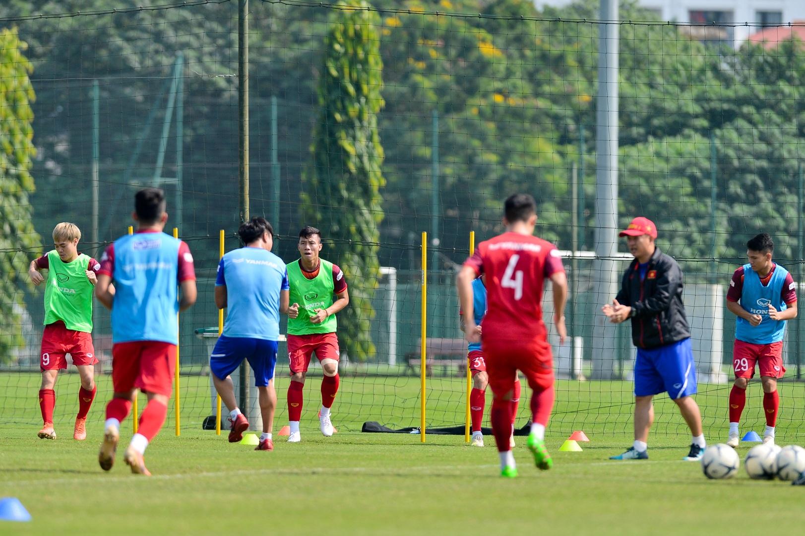 HLV Park Hang Seo xem giò tiền đạo Hà Minh Tuấn - 9