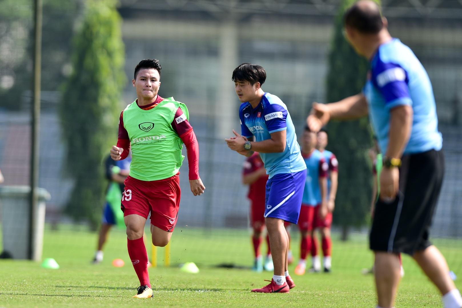 HLV Park Hang Seo xem giò tiền đạo Hà Minh Tuấn - 17