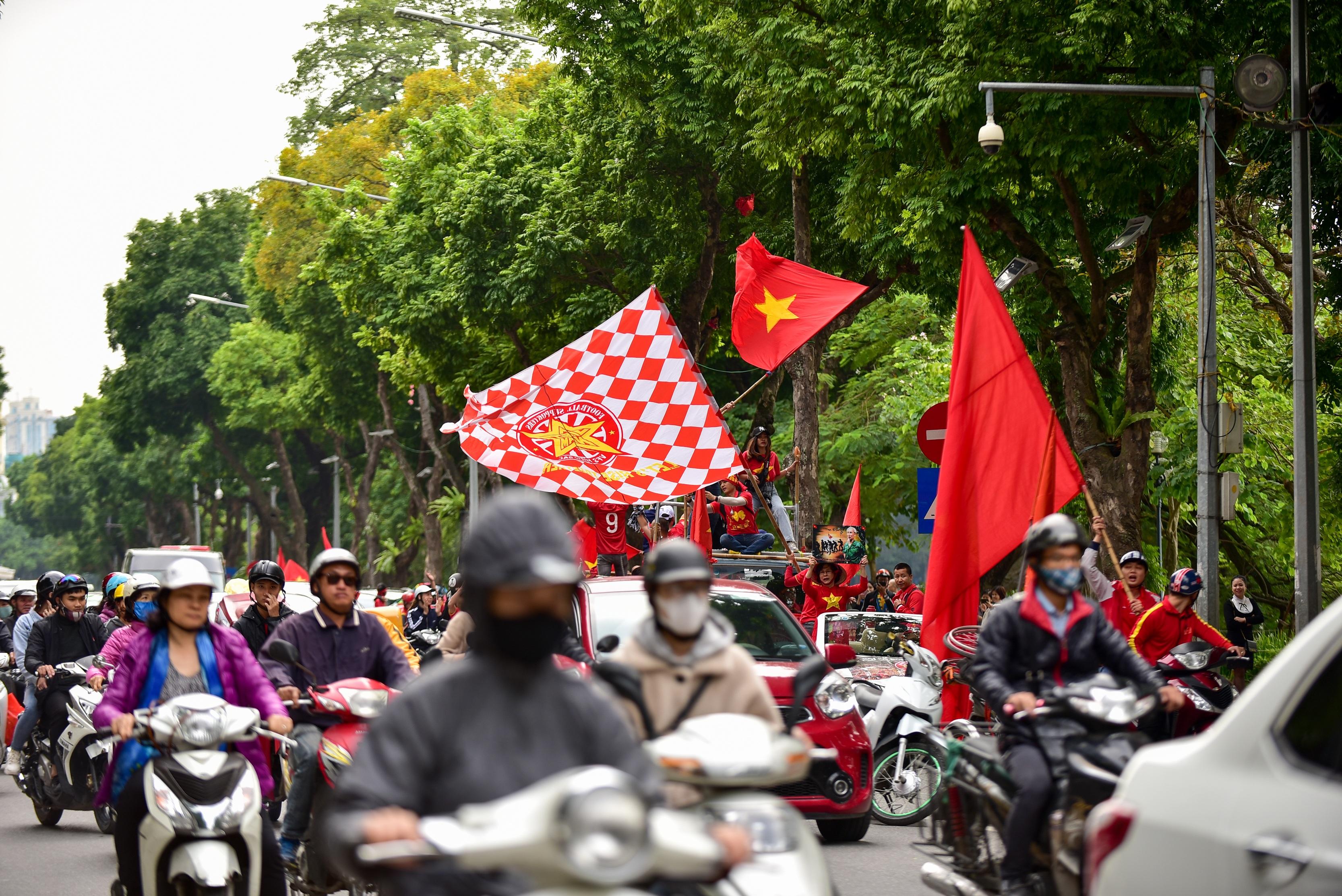 Cổ động viên tiếp lửa cho đội tuyển Việt Nam trước trận gặp Thái Lan - 11