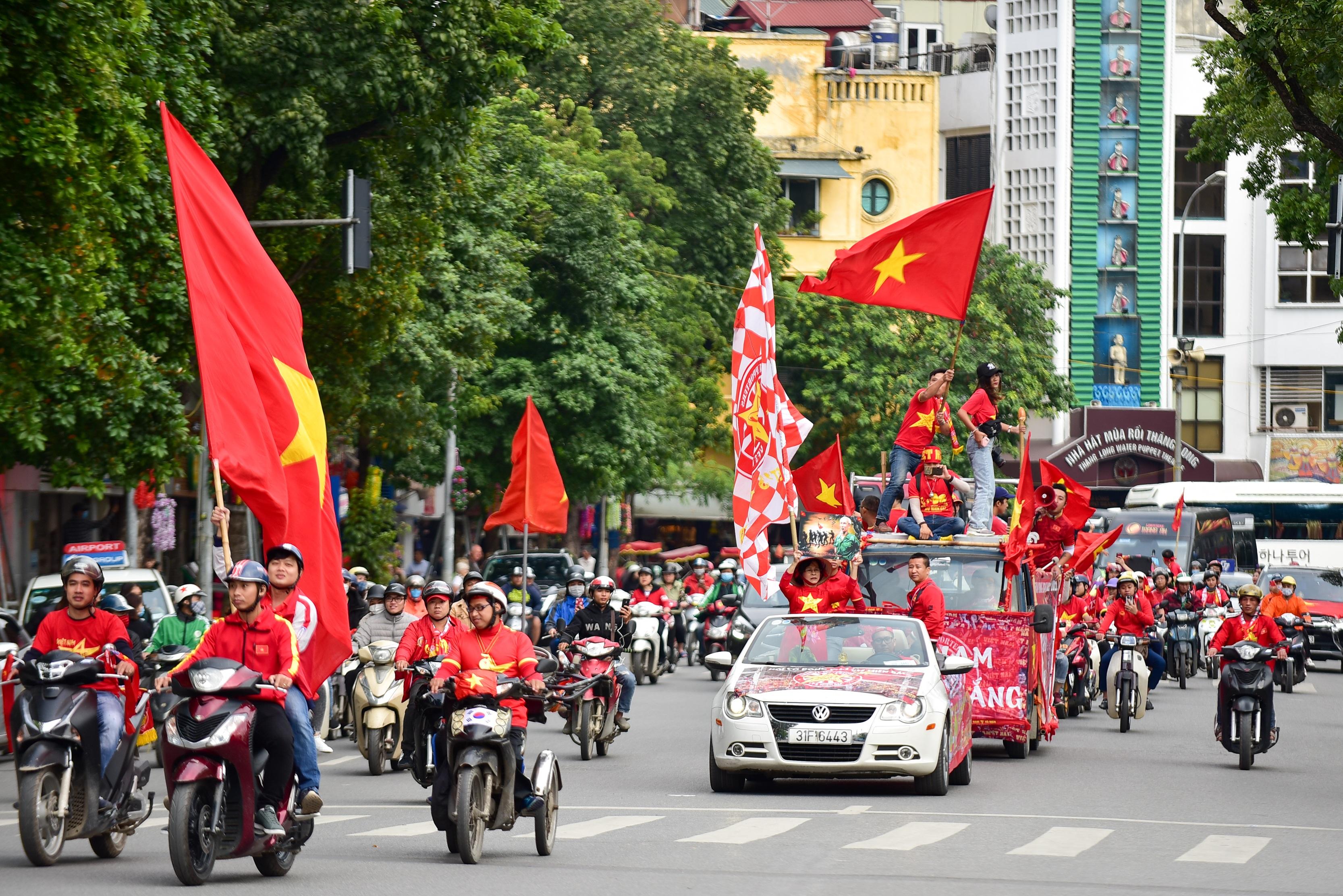 Cổ động viên tiếp lửa cho đội tuyển Việt Nam trước trận gặp Thái Lan - 10