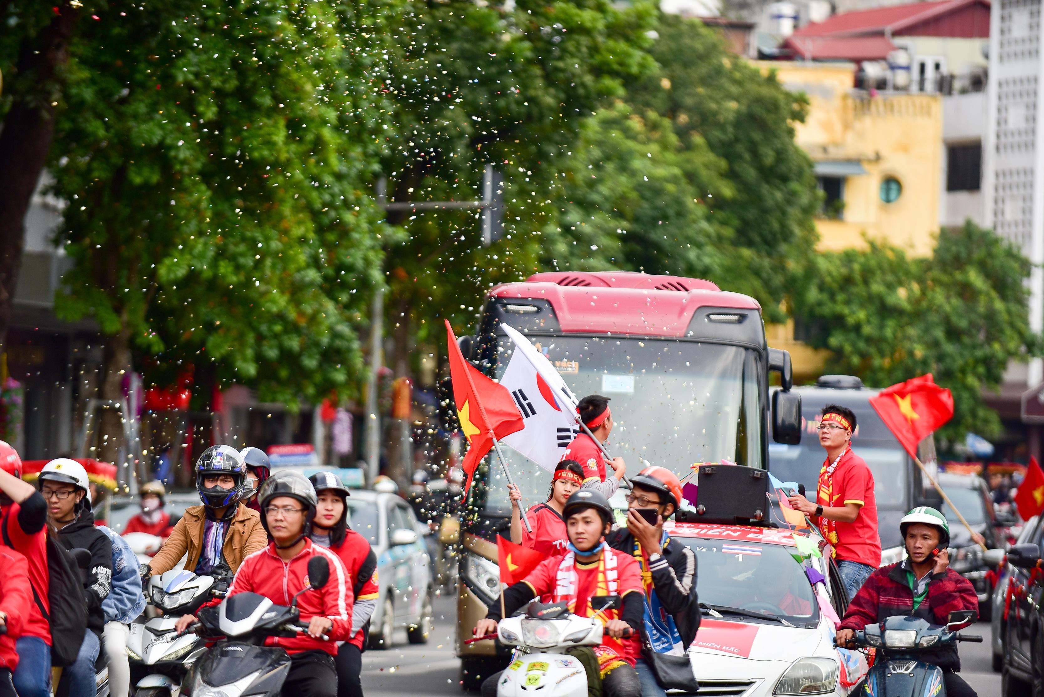 Cổ động viên tiếp lửa cho đội tuyển Việt Nam trước trận gặp Thái Lan - 9