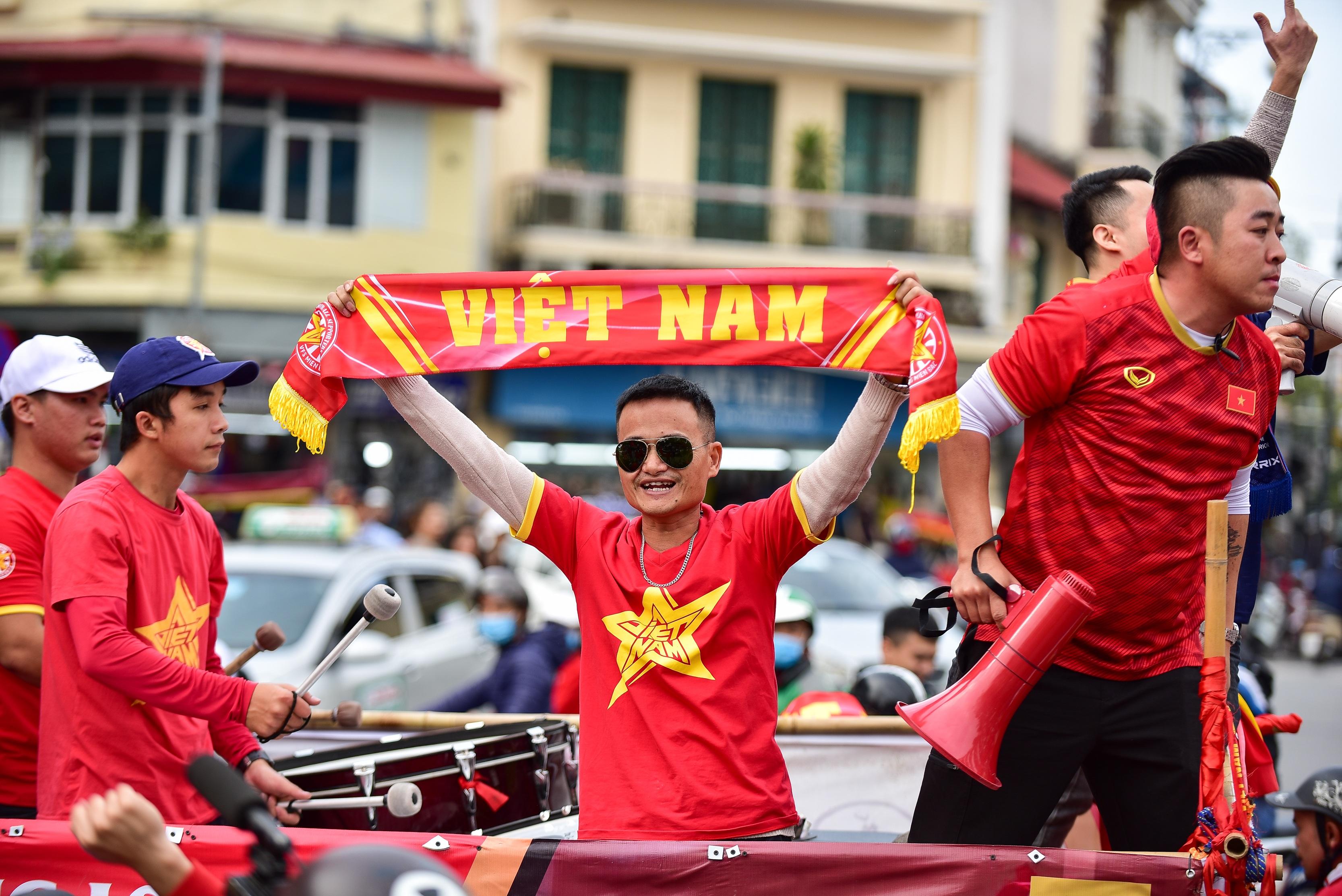 Cổ động viên tiếp lửa cho đội tuyển Việt Nam trước trận gặp Thái Lan - 13