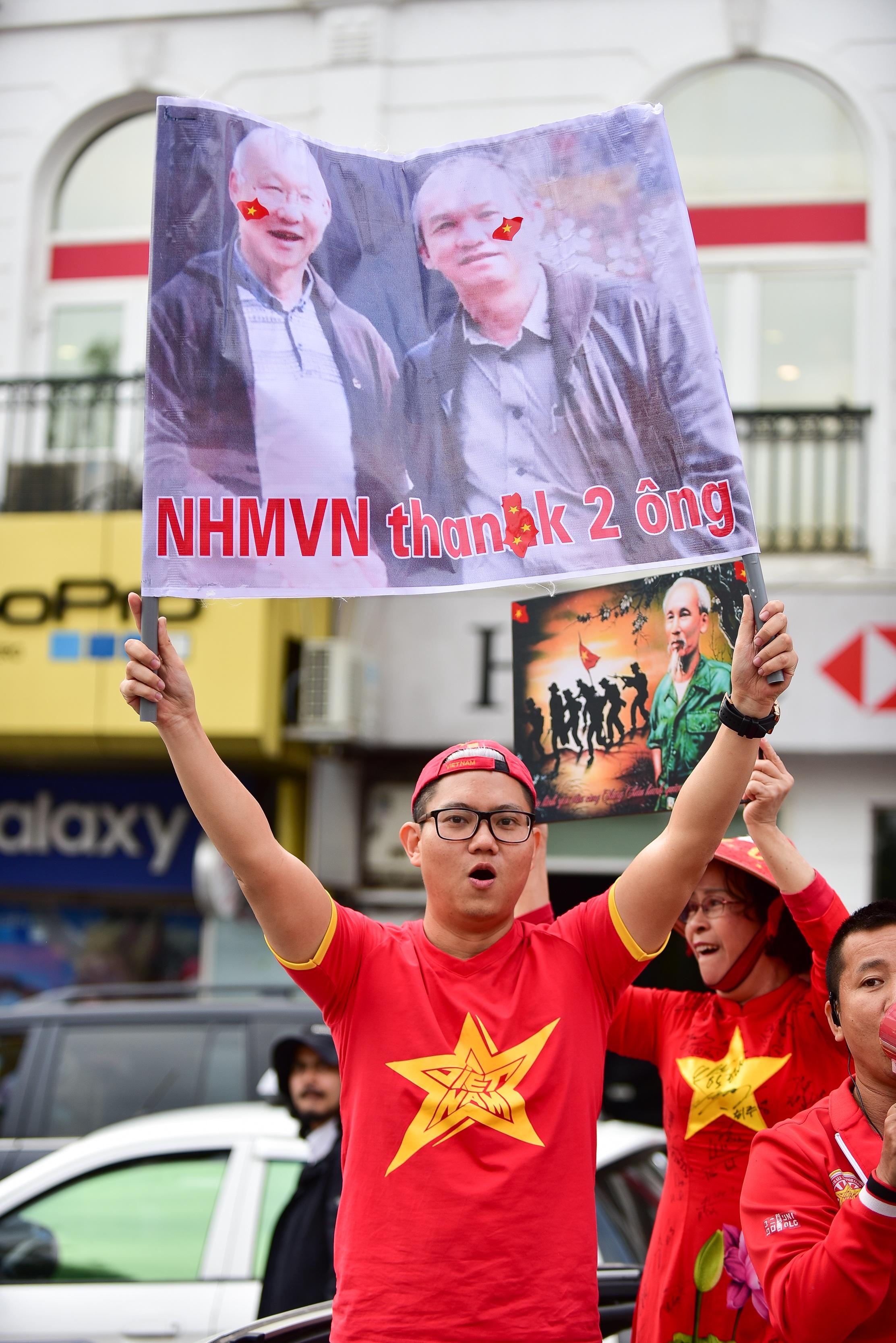 Cổ động viên tiếp lửa cho đội tuyển Việt Nam trước trận gặp Thái Lan - 14