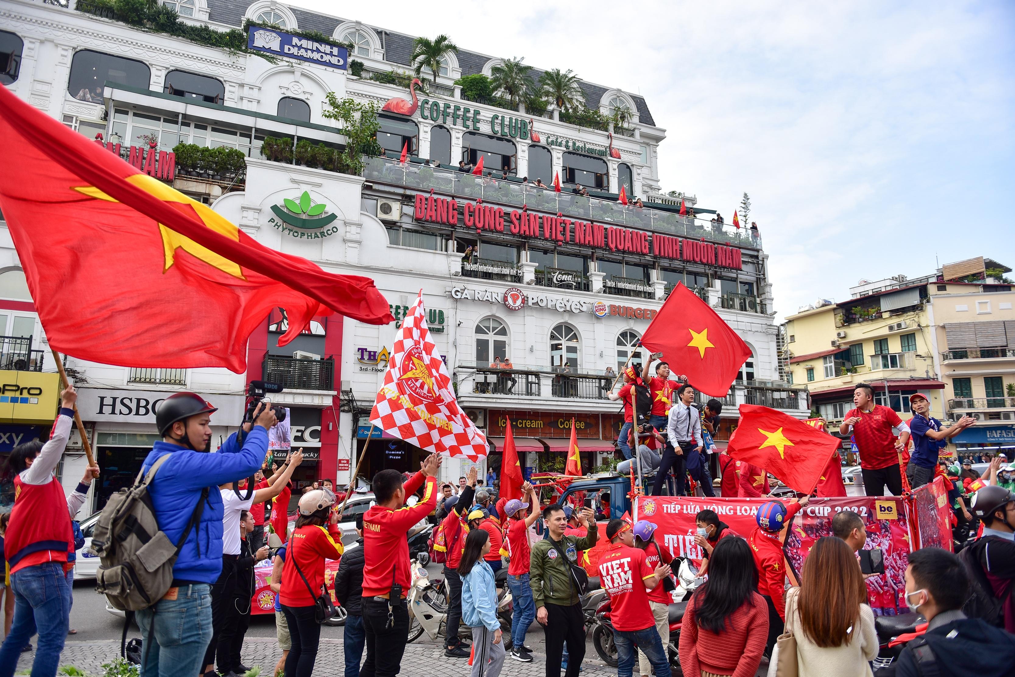 Cổ động viên tiếp lửa cho đội tuyển Việt Nam trước trận gặp Thái Lan - 12