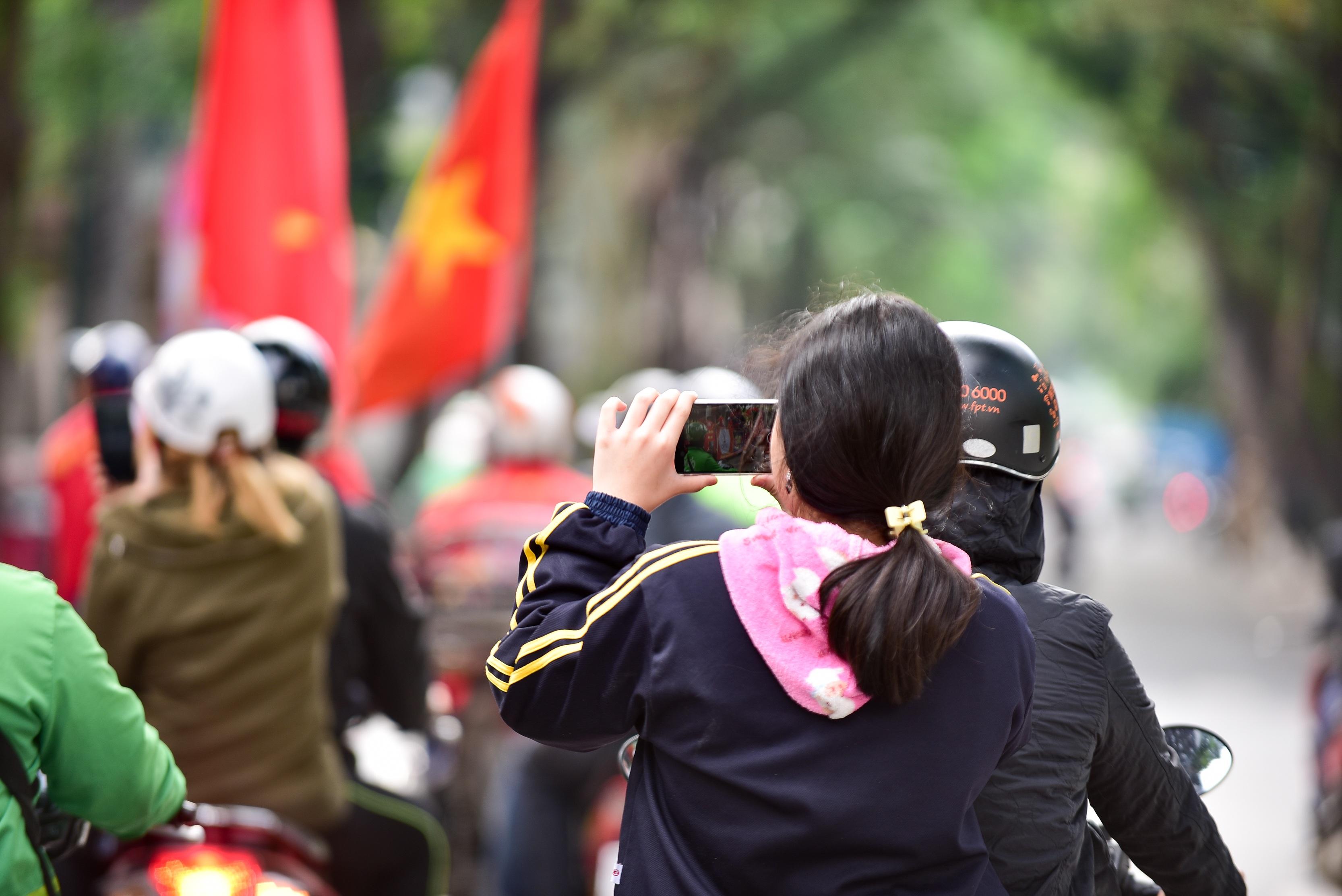 Cổ động viên tiếp lửa cho đội tuyển Việt Nam trước trận gặp Thái Lan - 15