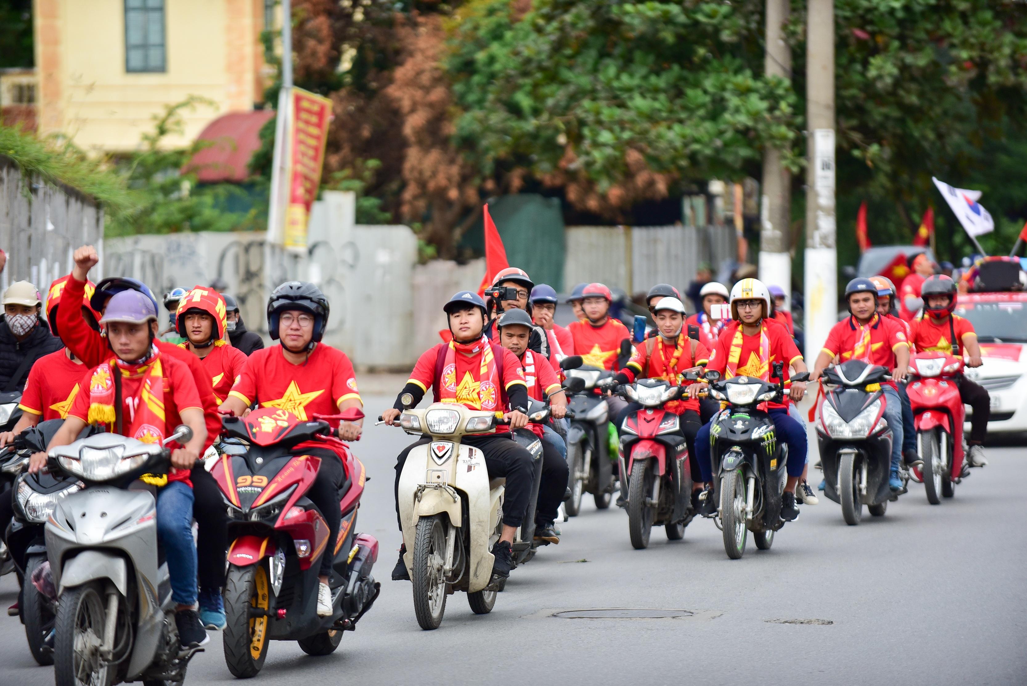 Cổ động viên tiếp lửa cho đội tuyển Việt Nam trước trận gặp Thái Lan - 3
