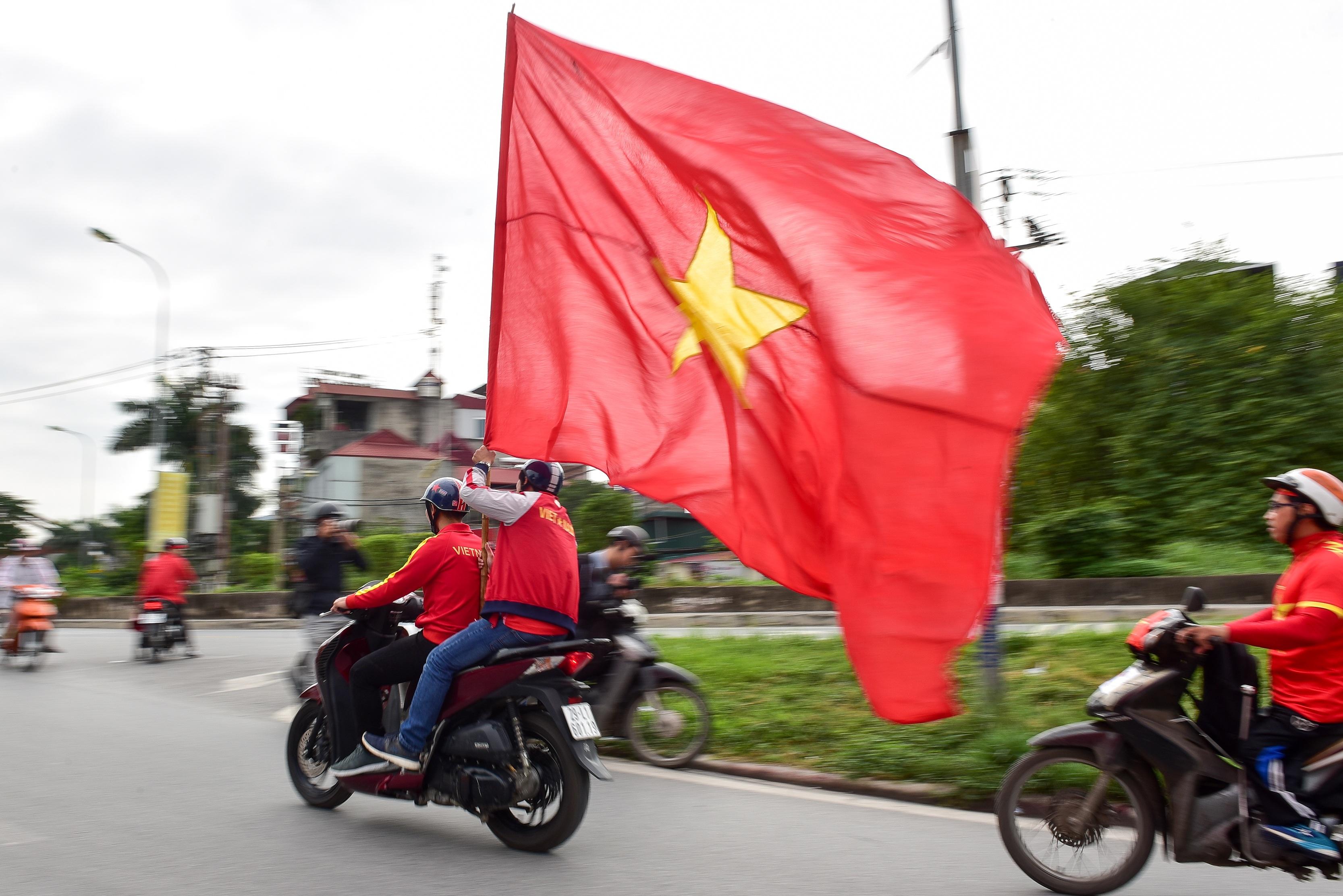 Cổ động viên tiếp lửa cho đội tuyển Việt Nam trước trận gặp Thái Lan - 2