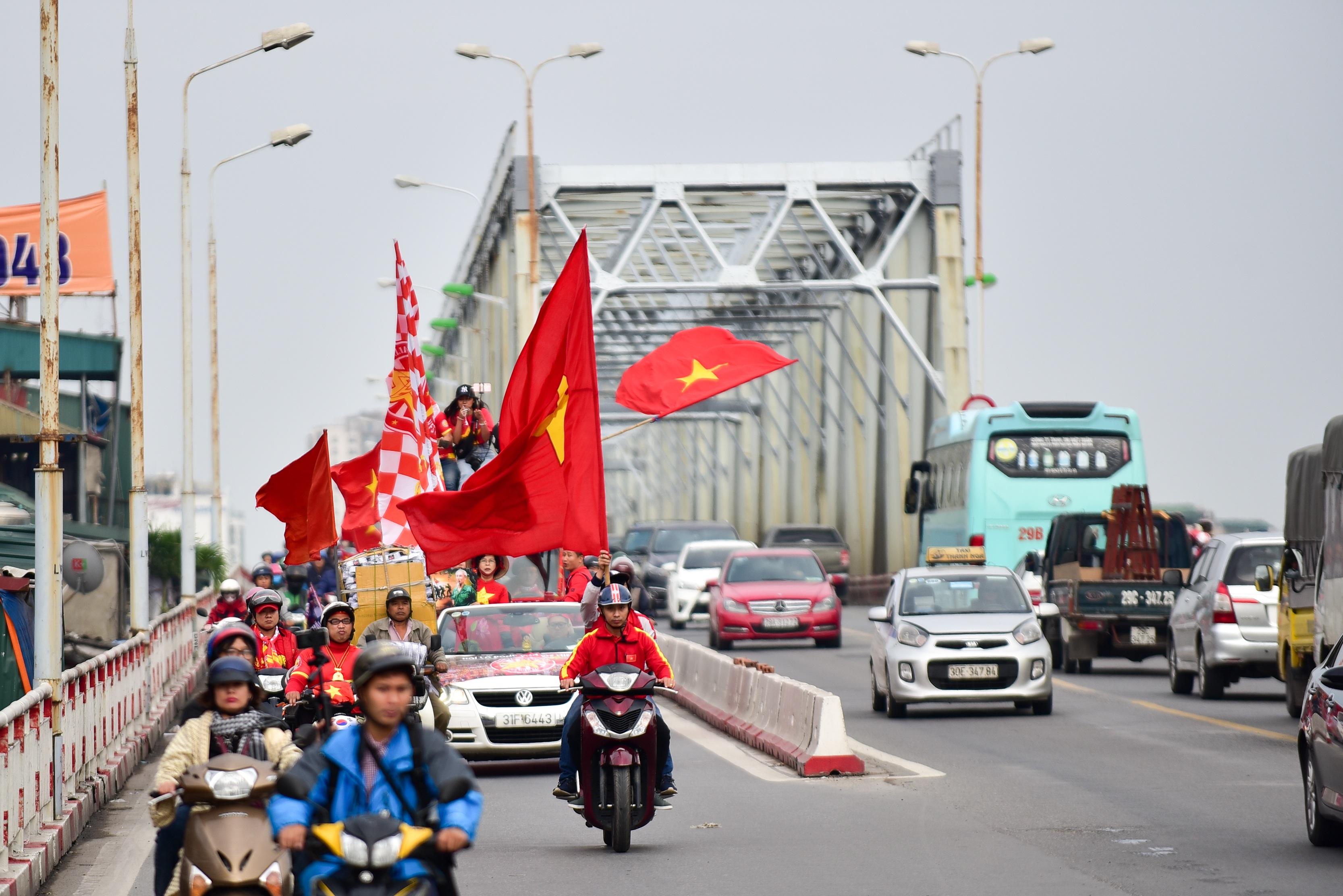 Cổ động viên tiếp lửa cho đội tuyển Việt Nam trước trận gặp Thái Lan - 4