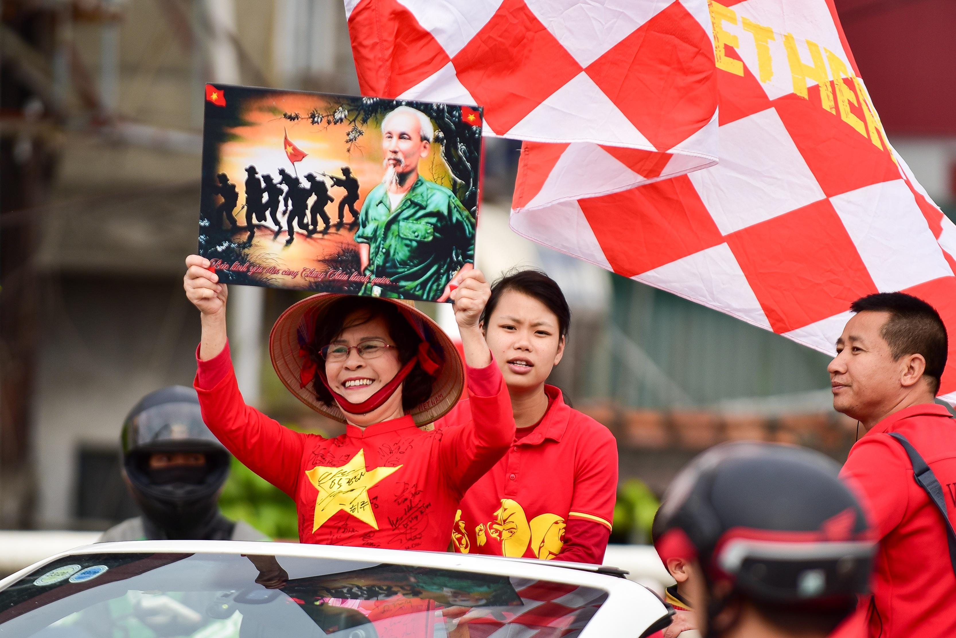 Cổ động viên tiếp lửa cho đội tuyển Việt Nam trước trận gặp Thái Lan - 8
