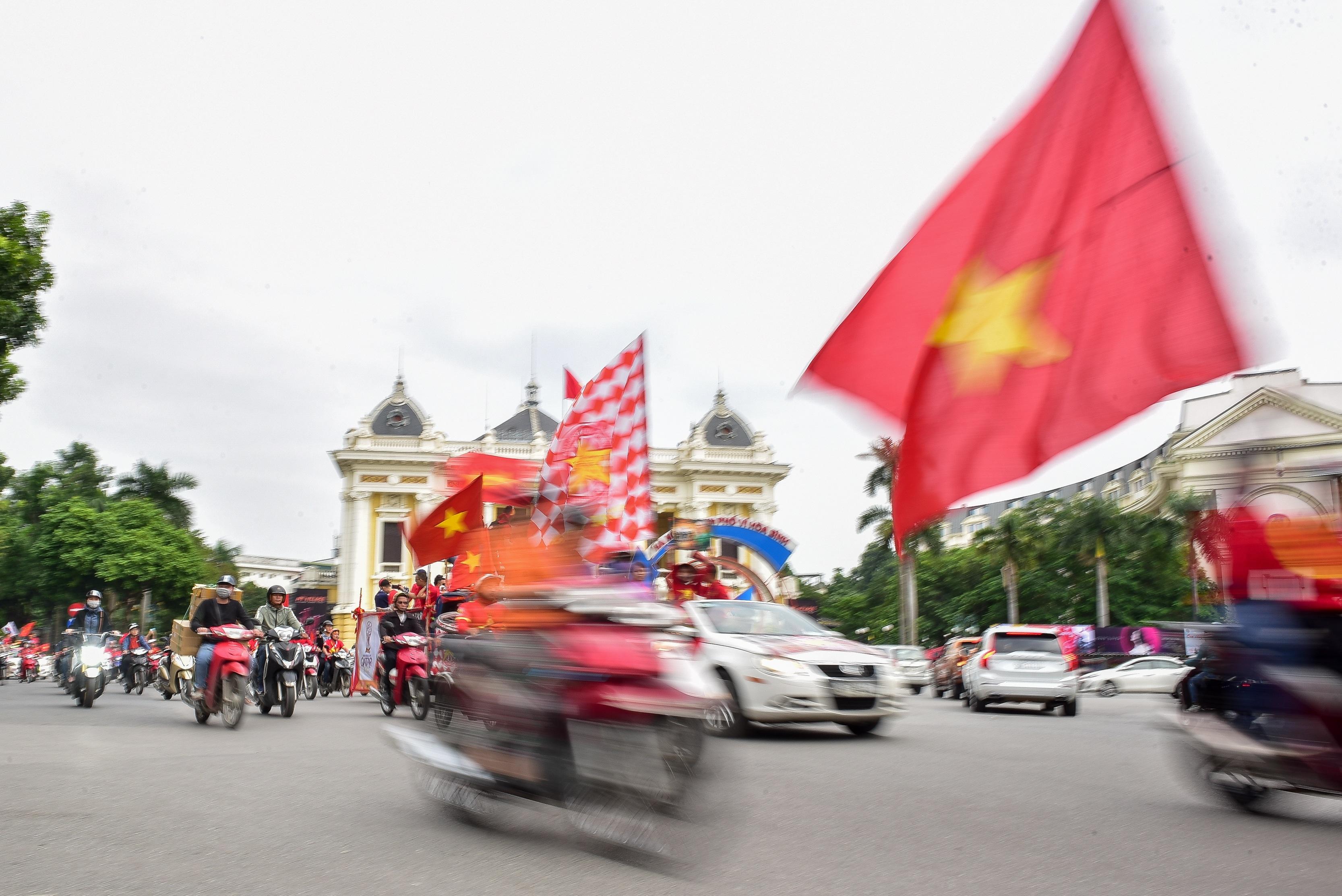 Cổ động viên tiếp lửa cho đội tuyển Việt Nam trước trận gặp Thái Lan - 6