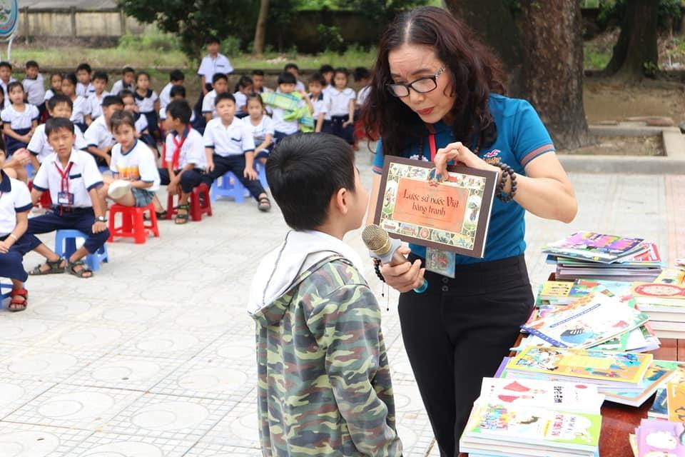 """Cô giáo dạy Văn làm thiện nguyện sách từ lời """"thách đố"""" của Bộ trưởng - 1"""